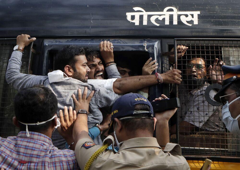 Policiais detêm manifestantes do partido político Bharatiya Janata durante protestos após âncora de notícias de TV local Arnab Goswami ter sido preso, em Mumbai, Índia