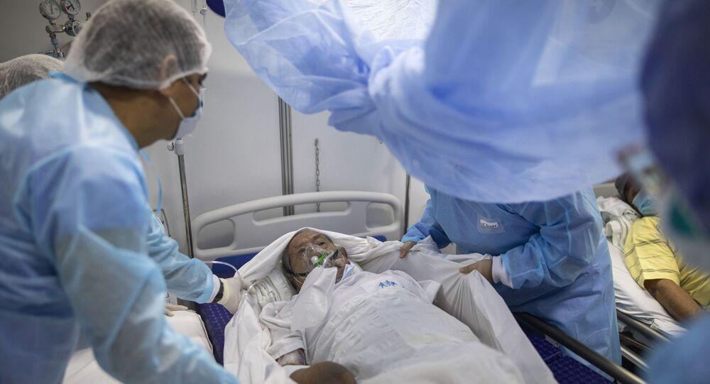 Enfermeiras realizam transferência de paciente com COVID-19 em hospital do Peru