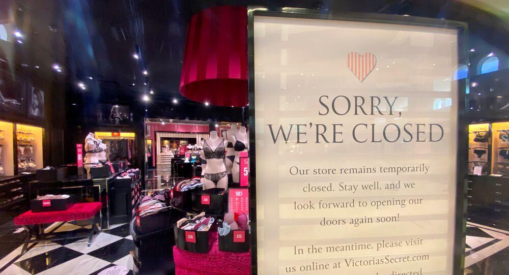 Loja fechada da marca de lingeries e produtos de beleza Victoria's Secret antes de novo fechamento de shopping devido a restrições do estado da Califórnia, em meio à pandemia mundial da doença do coronavírus (COVID-19) em Carlsbad, Califórnia, EUA, 14 de julho de 2020