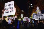 Manifestantes pedem que votos das eleições dos EUA sejam contados.