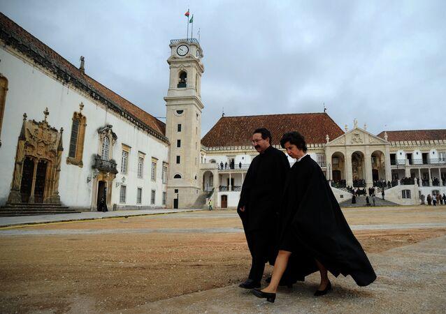 Professores caminham pelo campus da Universidade de Coimbra.