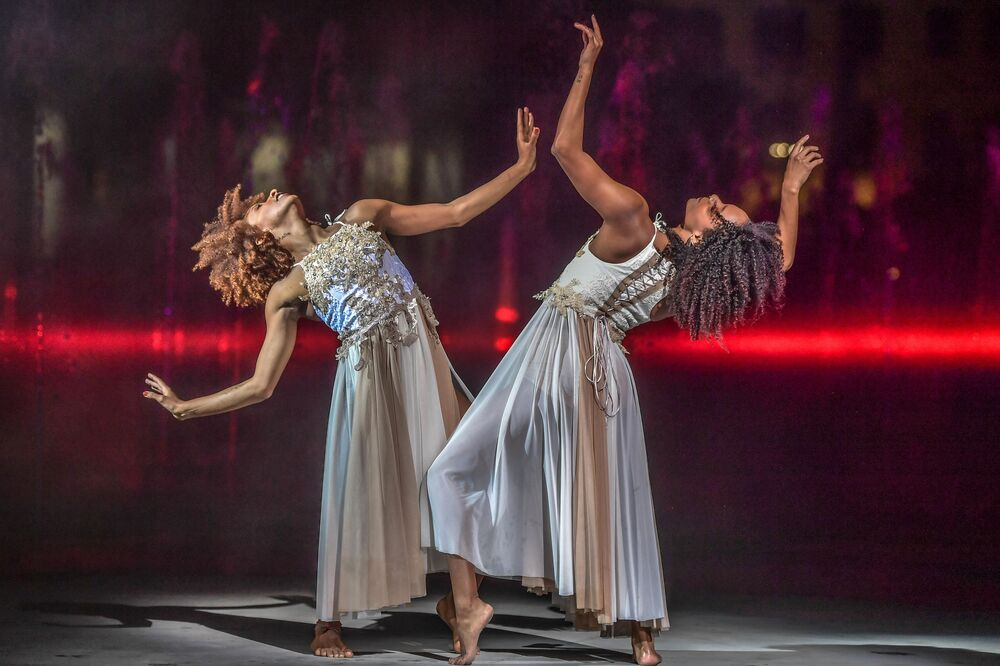 Dançarinas se apresentam durante cerimônia de abertura da São Paulo Fashion Week
