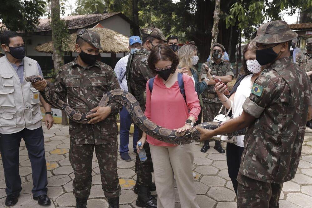 O vice-presidente da República, Hamilton Mourão (à esquerda), guiando uma visita de diplomatas estrangeiros ao zoológico do Centro Integrado de Guerra na Selva (CIGS), em Manaus (AM)