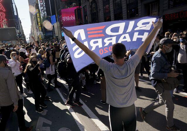 Em Nova York, apoiadores de Joe Biden comemoram na Times Square o anúncio da mídia norte-americana apontando vitória do democrata nas eleições presidenciais, em 7 de novembro de 2020