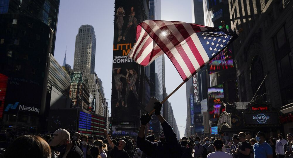 Em Nova York, apoiadores de Joe Biden comemoram na Times Square o anúncio da vitória do democrata nas eleições norte-americanas, em 7 de novembro de 2020