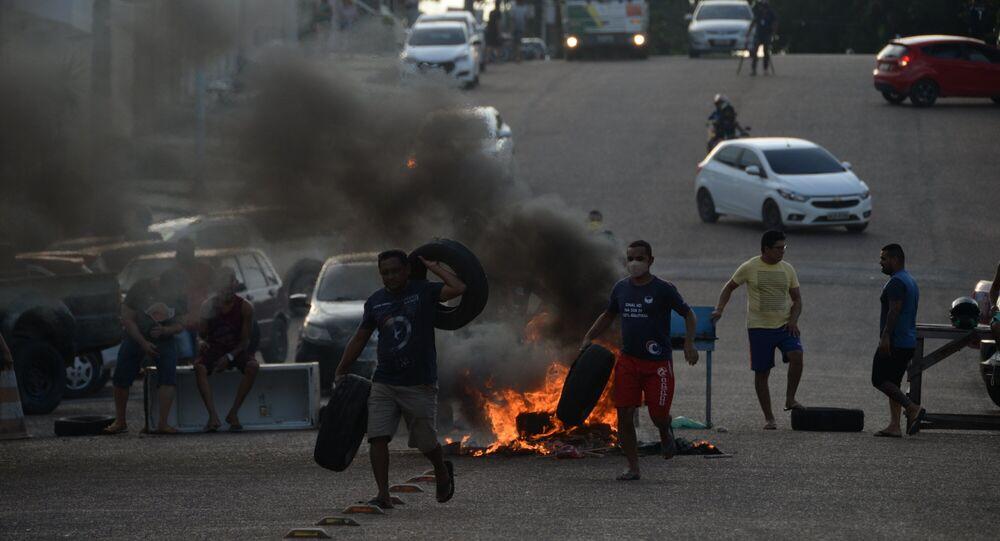 Em Macapá, moradores do bairro de Santa Inês protestam durante o quinto dia de apagão no estado do Amapá, o que gerou desabastecimento e falta de água na região, sob decreto de calamidade pública, em 7 de novembro de 2020