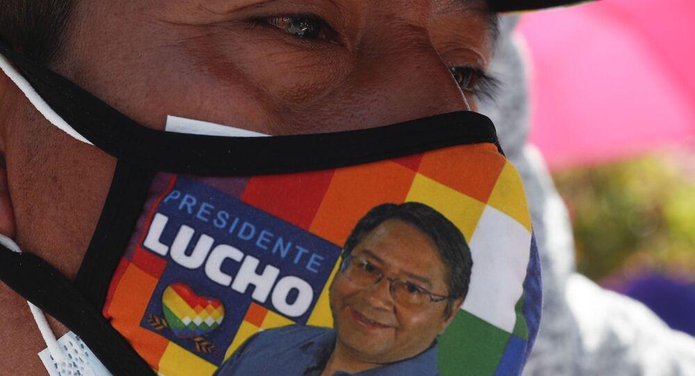 Homem passeia com máscara com rosto do presidente boliviano Luis Arce