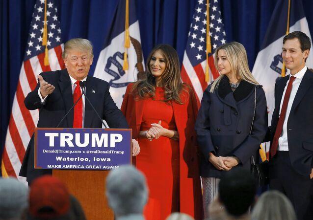 Em Waterloo, Iowa, o então candidato à Presidência dos EUA, Donald Trump, discursa ao lado de sua esposa, Melania (2ª, da esquerda para a direita), de sua filha Ivanka (3ª da esquerda para a direita) e de seu genro, Jared Kushner, em 1º de fevereiro de 2016