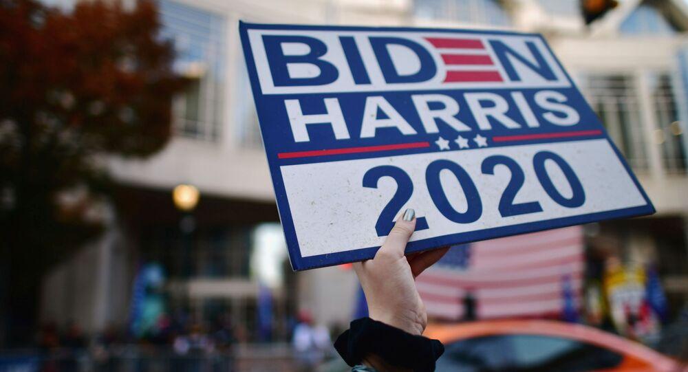 Apoiadores do candidato democrata Joe Biden com cartazes Biden-Harris 2020 um dia após anúncio da vitória de Biden, Pensilvânia, EUA, 8 de novembro de 2020