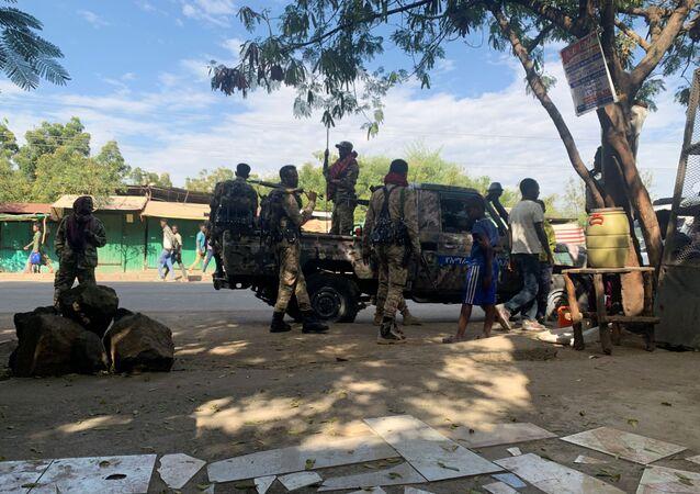 Membros da Força de Defesa Nacional da Etiópia se preparam para começar uma missão