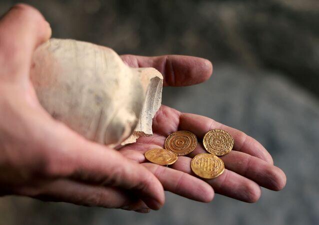 Quatro moedas de ouro milenares encontradas em escavações perto do Muro das Lamentaçãoes em Jerusalém, Israel