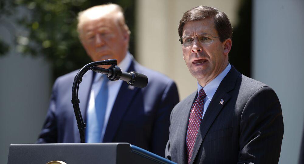 O secretário da Defesa, Mark Esper, fala enquanto o presidente Donald Trump ouve durante uma coletiva de imprensa sobre o coronavírus na Casa Branca, 15 de maio de 2020.