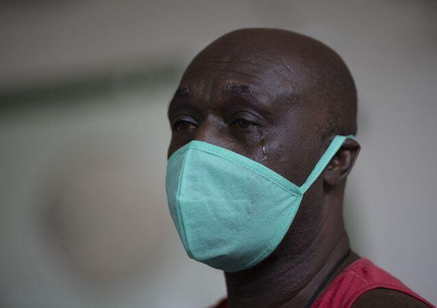 Paciente curado chora durante sessão de terapia para sobreviventes da COVID-19, Rio de Janeiro, 9 de novembro de 2020