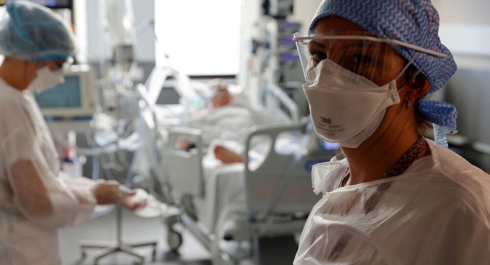 Enfermeira de máscara e macacão de proteção na Unidade de Terapia Intensiva (UTI), onde pacientes com coronavírus (COVID-19) são tratados no Hospital Victor Provo, Roubaix, França, 6 de novembro de 2020