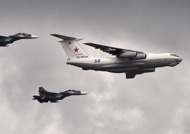 Avião Il-78 de reabastecimento e caças Su-30 durante o ensaio geral da Parada do Dia da Marinha russa em São Petersburgo. Aleksei Danichev / Sputnik