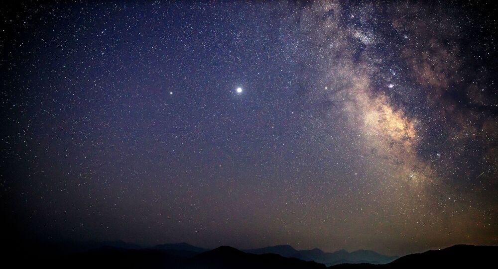 Céu estrelado sobre a região russa de Krasnodar durante a chuva de meteoros Perseidas, Rússia.
