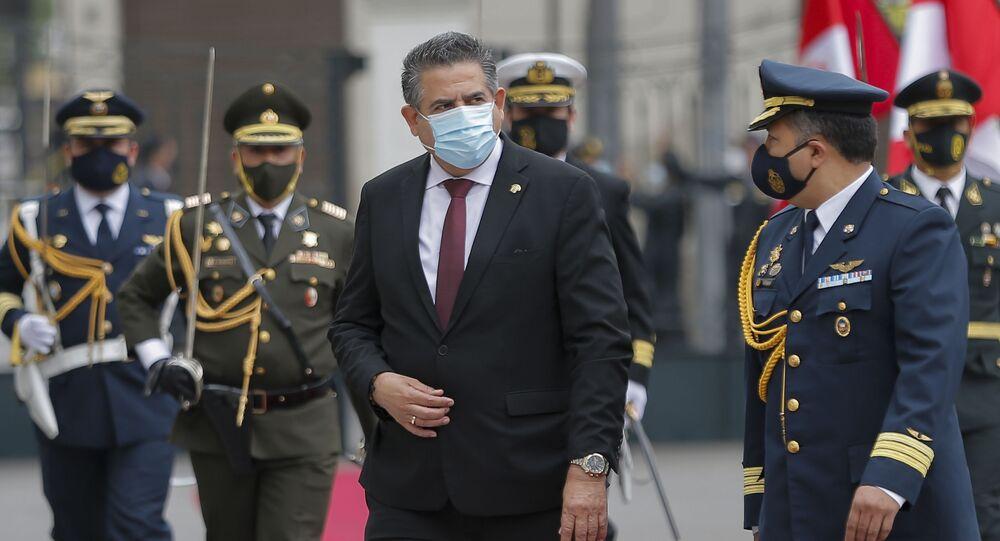Manuel Merino chega ao Congresso para assumir a presidência do Peru
