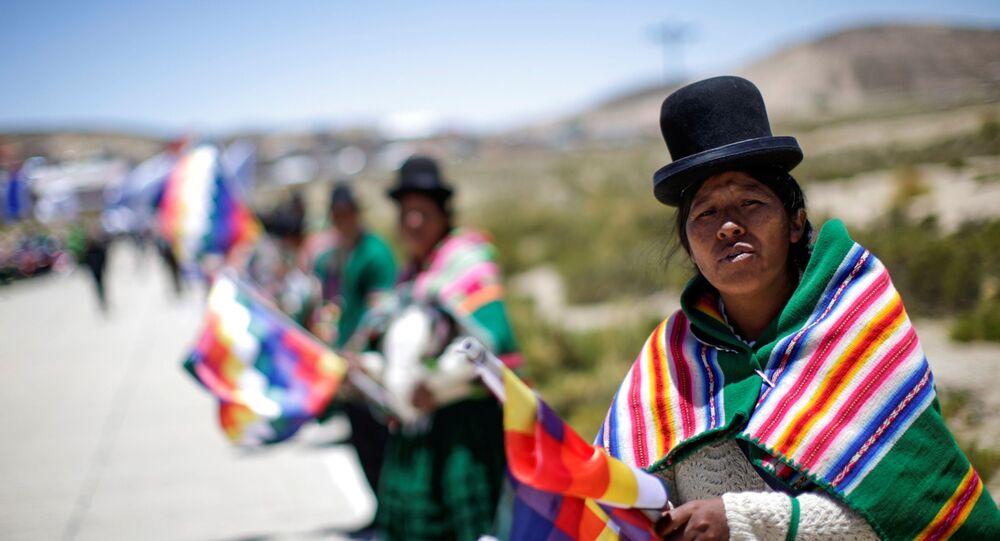 Apoiadores do ex-presidente da Bolívia Evo Morales acompanham caravana do líder entre Uyuni e Oruro, após seu retorno ao país