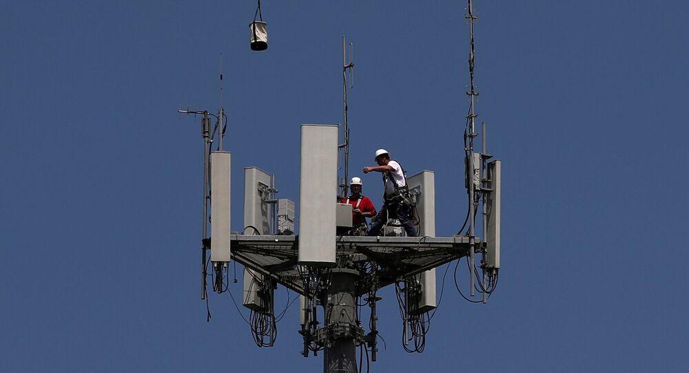 Trabalhadores instalam equipamento para uso da tecnologia 5G no Texas, nos EUA