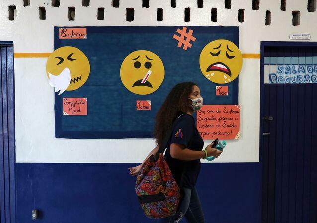 Estudante caminha na escola Professor Milton da Silva Rodrigues, em São Paulo
