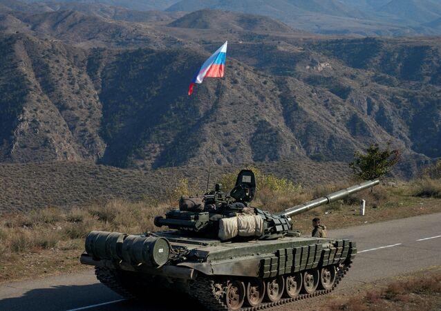 Blindado da missão de paz russa na região contestada de Nagorno-Karabakh, 10 de novembro de 2020
