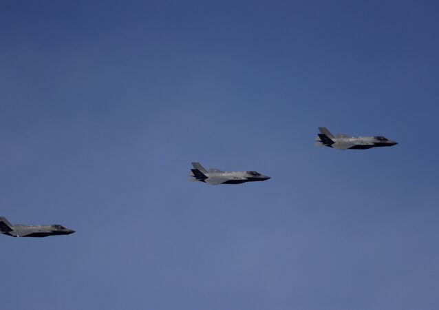 Caças F-35 da Força Aérea dos EUA voam em Surprise, Arizona, EUA, 27 de fevereiro de 2020