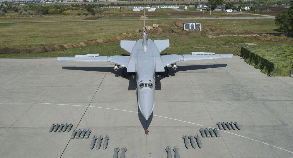 Bombardeiro russo Tu-22M3 com bombas de queda livre FAB-3000