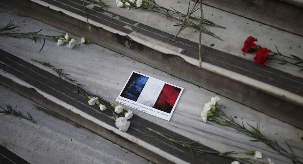 Flores e mensagem com bandeira da França deixadas diante do consulado francês na Turquia após atentado