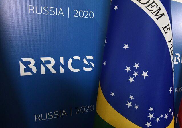 Bandeira do Brasil ao lado do logotipo do BRICS durante fórum em São Petersburgo, Rússia, 30 de outubro e 2020