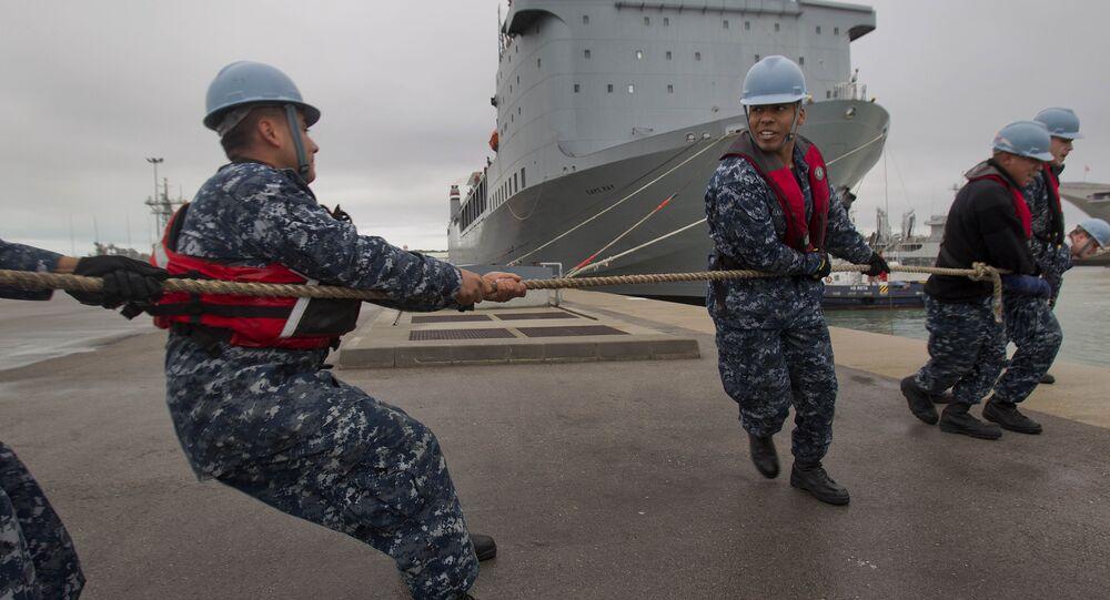 Navio da Marinha dos EUA MV Cape Ray sendo ancorado na base militar de Rota, na Espanha.