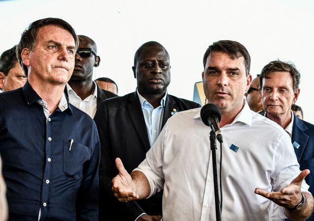 O presidente Jair Bolsonaro e o filho Flávio durante cerimônia de inauguração de obra.