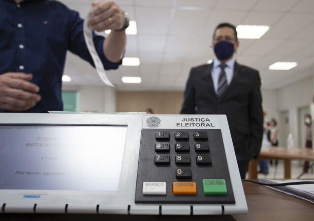 Juízes Eleitorais de Londrina realizam cerimônia  de demonstração de votação, ato integrante da preparação das urnas eletrônicas, destinado a demonstrar a transparência e segurança do processo de votação eletrônica