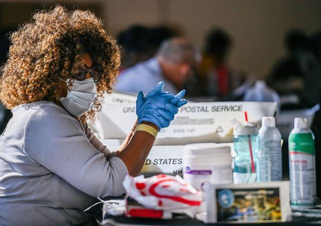 Funcionários da Junta de Registro e Processo Eleitoral do Condado de Fulton processam cédulas de voto em Atlanta, Geórgia, EUA, 4 de novembro de 2020