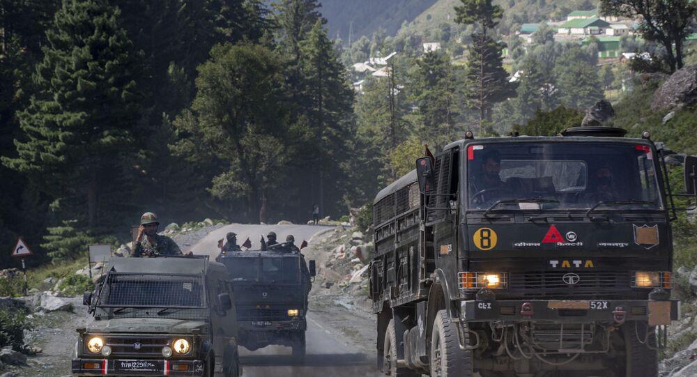 Comboio de veículos militares do Exército indiano avança na estada Srinagar-Ladakh em Gagangeer, na região da Caxemira controlada pela Índia