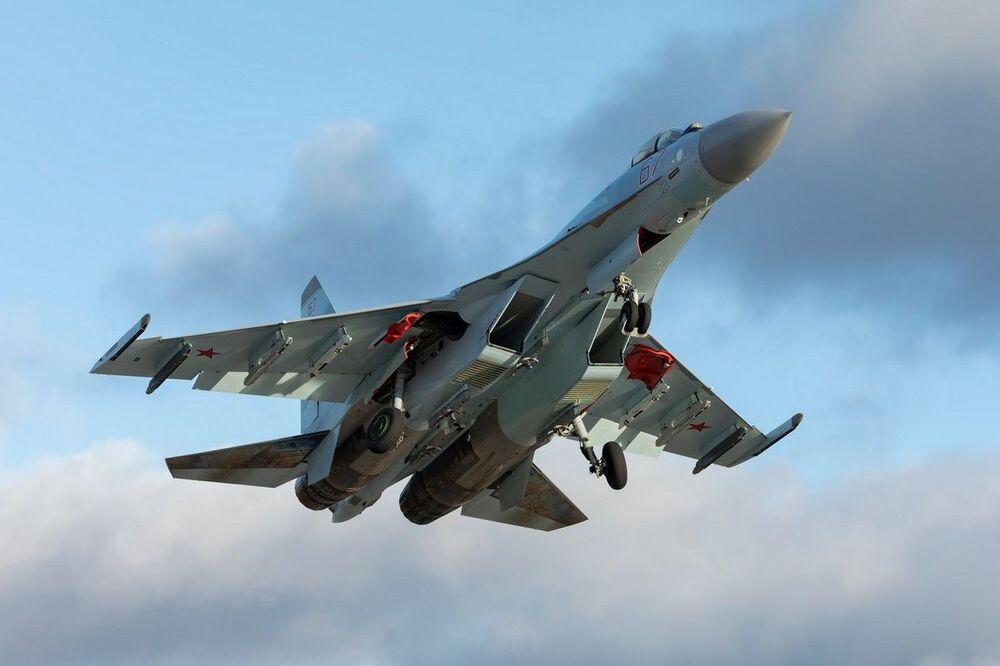 Treinamento de combate aéreo multimodo por tripulações de novos caças Su-35S do Distrito Militar Ocidental