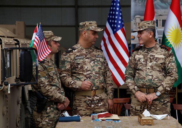 Oficiais curdos assistem a uma cerimônia de distribuição de ajuda militar pelo Exército dos EUA aos combatentes curdos de Peshmerga, em Arbil, Iraque, 10 de novembro de 2020