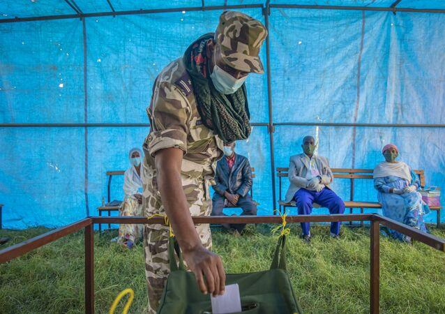Membro da Frente Popular de Libertação de Tigré vota nas eleições parlamentares regionais, Mekelle, Etiópia, 9 de setembro de 2020
