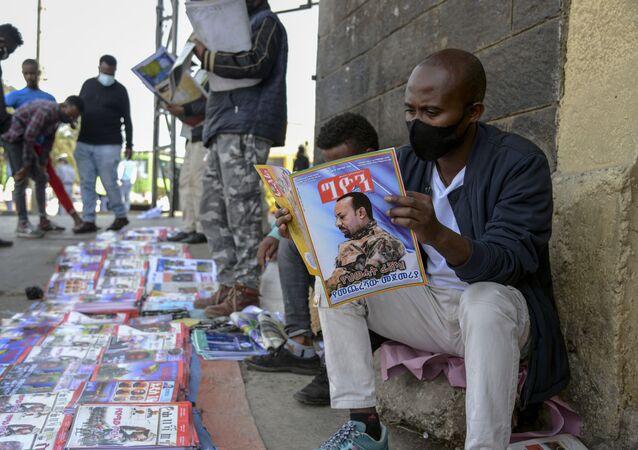 Homem lê reportagem sobre operação militar do governo da Etiópia contra a província de Tigray, na capital etíope Adis Abeba, 7 de novembro de 2020
