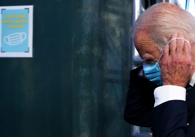 Joe Biden, potencial novo presidente dos EUA, substitui sua máscara facial após coletiva de imprensa em Wilmington, Delaware, EUA, 10 de novembro de 2020