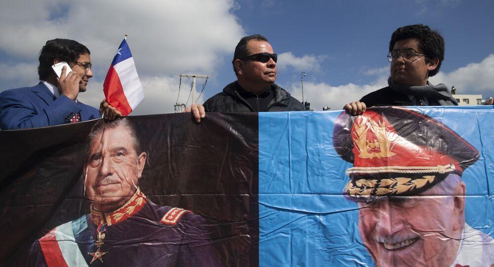 Pequeno grupo de apoiadores do falecido ditador chileno, general Augusto Pinochet, mostra seu apoio a ele, no aniversário do golpe de 1973 que levou Pinochet ao poder, em Santiago, Chile, 11 de setembro de 2019