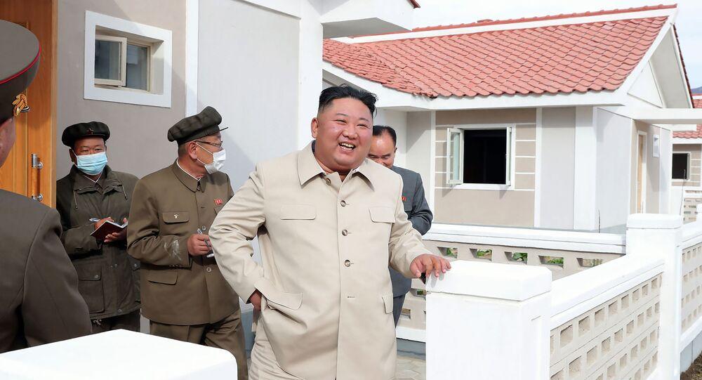 Líder norte-coreano Kim Jong-un durante inspeção de casas na província de Hamgyong Sul na Coreia do Norte