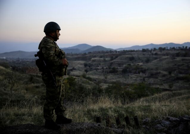 Soldado azeri inspeciona uma cidade em território recuperado pelo Azerbaijão na região de Nagorno-Karabakh