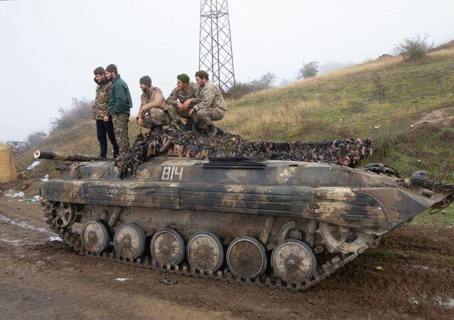 Homens posam em cima de blindado em Nagorno-Karabakh (foto de arquivo)
