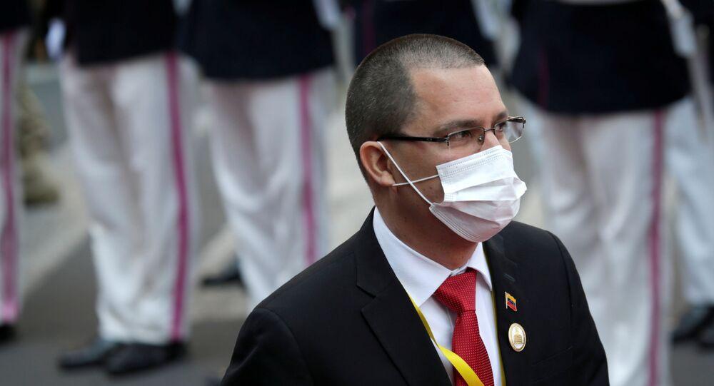 Jorge Arreaza, ministro das Relações Exteriores da Venezuela, assiste à cerimônia de posse do presidente eleito da Bolívia, Luis Arce (fora da foto) na Plaza Murillo, em La Paz, Bolívia, 8 de novembro de 2020