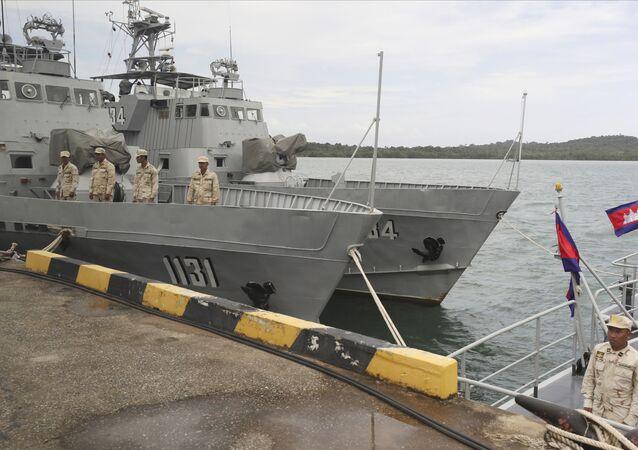 Tropas da Marinha do Camboja em navio da base naval de Ream, em Sihanoukville