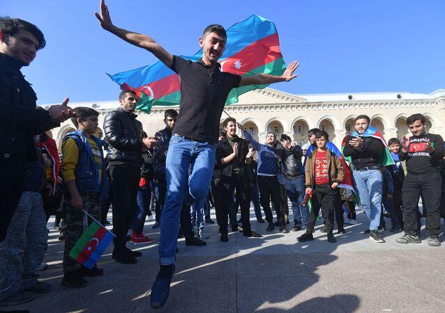 Homem dança comemorando fim do cessar-fogo e conquistas do Azerbaijão, após Erevan e Baku porem fim às hostilidades em Nagorno-Karabakh