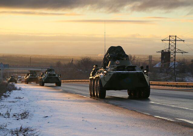 Comboio de blindados da força de paz russa passa pela região de Samara, Rússia, a caminho de Nagorno-Karabakh
