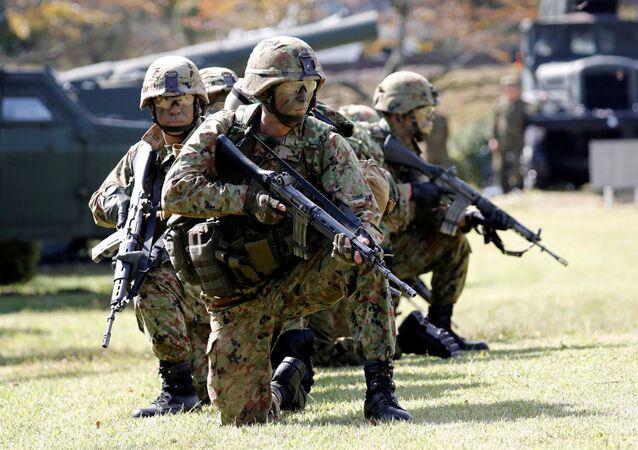Soldados japoneses durante exercícios militares conjuntos do Japão e o Reino Unido