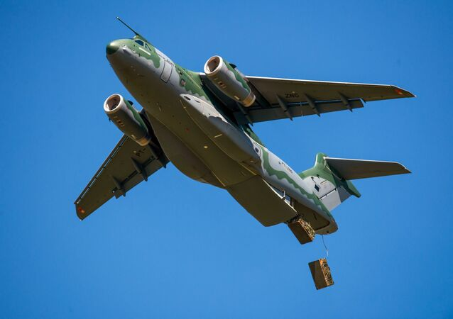KC-390 Milennium durante operação de lançamento de cargas