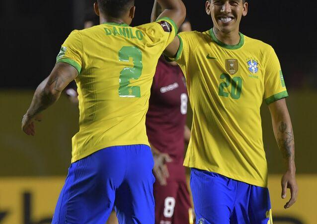Roberto Firmino (à direita) comemora gol da vitória sobre a Venezuela em partida no estádio do Morumbi